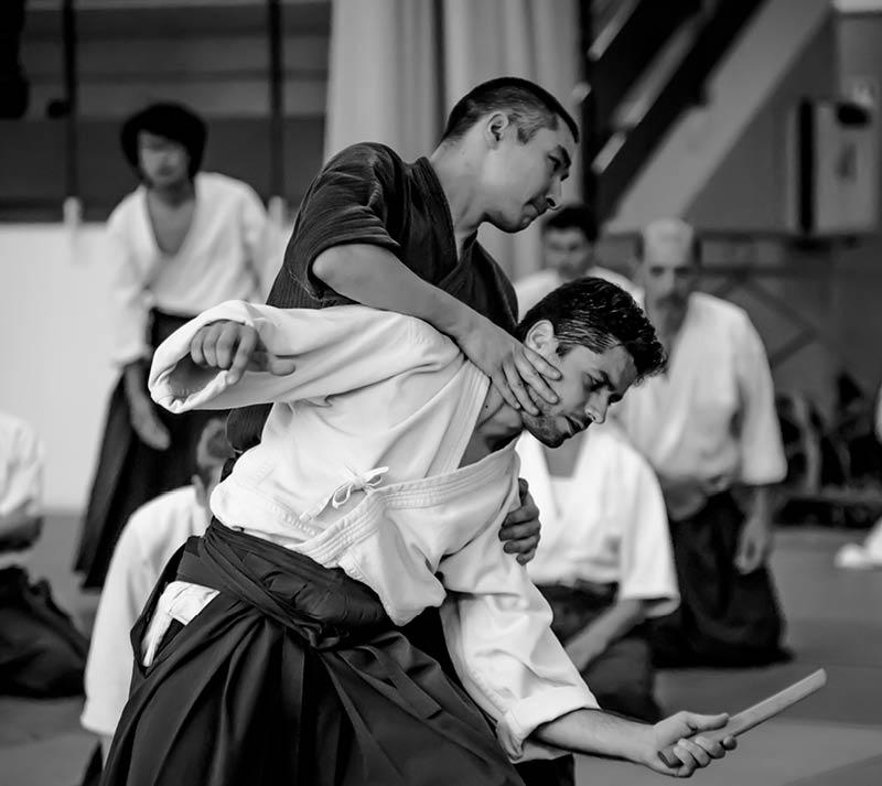 Un enseignant d'aikido montre la technique irimi nage